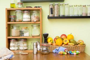 Zero Waste Küche mit Lebensmitteln in Gläsern gelagert