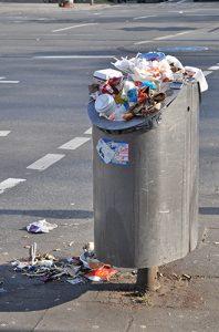 öffentlicher Mülleimer ist so voll, dass er überquillt