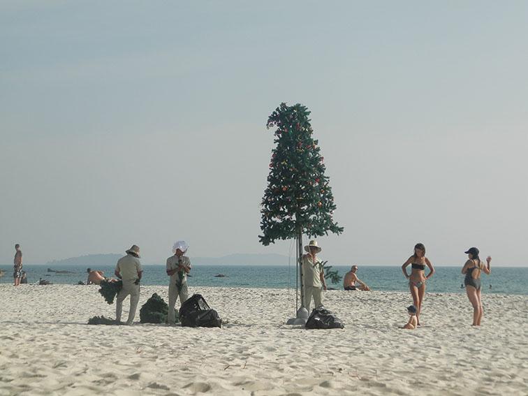 Weihnachtsbaum am Strand wird auseinander gebaut
