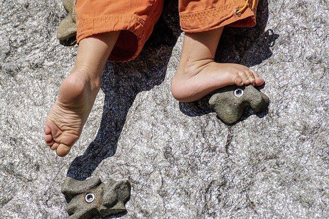 Nackte Füße an einer Kletterwand